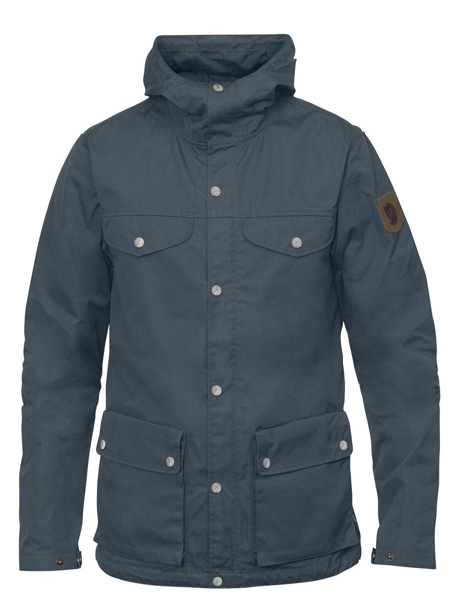 Die Greenland Jacke der schwedischen Outdoor-Marke Fjällräven zählt zu den beliebten Klassikern unter Naturliebhabern und ist hier in dunklem Blau-Grün als Freisteller zu sehen.
