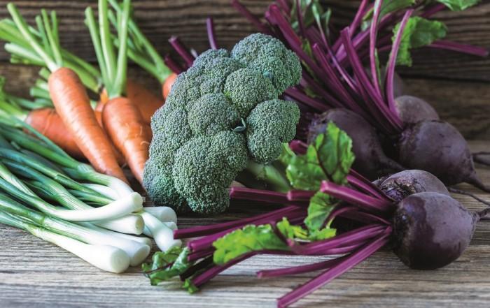Das Rohkost wie hier aus Brokkoli, Frühlingszwiebeln, Karotten und Rote Beete nicht nur gesund sondern auch lecker sein kann, beweisen zahlreiche Kochbücher zum Thema Clean Eating.