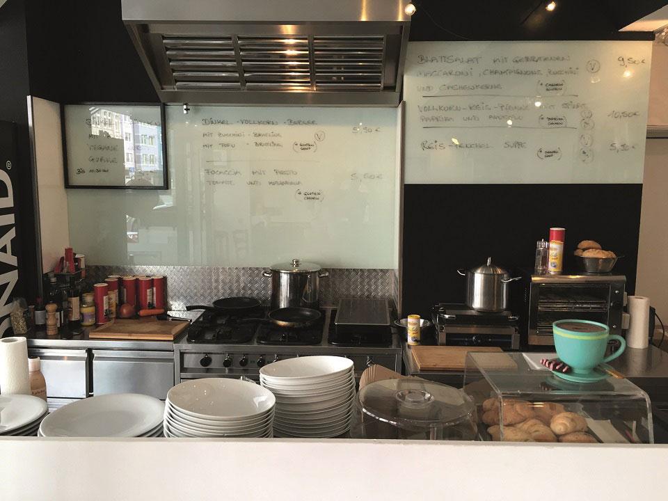 Durch dir offene Küche sehen die Gäste des Dortmunder Restaurants Guttut, wie die Bestellungen frisch zubereitet werden.