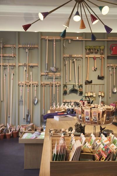 Im Green Concept Store The Golden rabbit in Düsseldorf finden Gartenfreunde verschiedene hochwertige Gartenwerkzeuge vom Spaten bis zur Heckenschere sowie Saatgut und Bücher zum Thema Gärtnern.