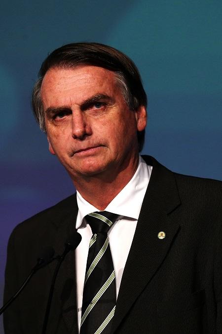 Der amtierende brasilianische Präsident Jair Bolsonaro blickt auf dieser Aufnahme vom Juni 2018 ernst nach links und trägt einen dunklen Anzug mit gestreifter Krawatte.