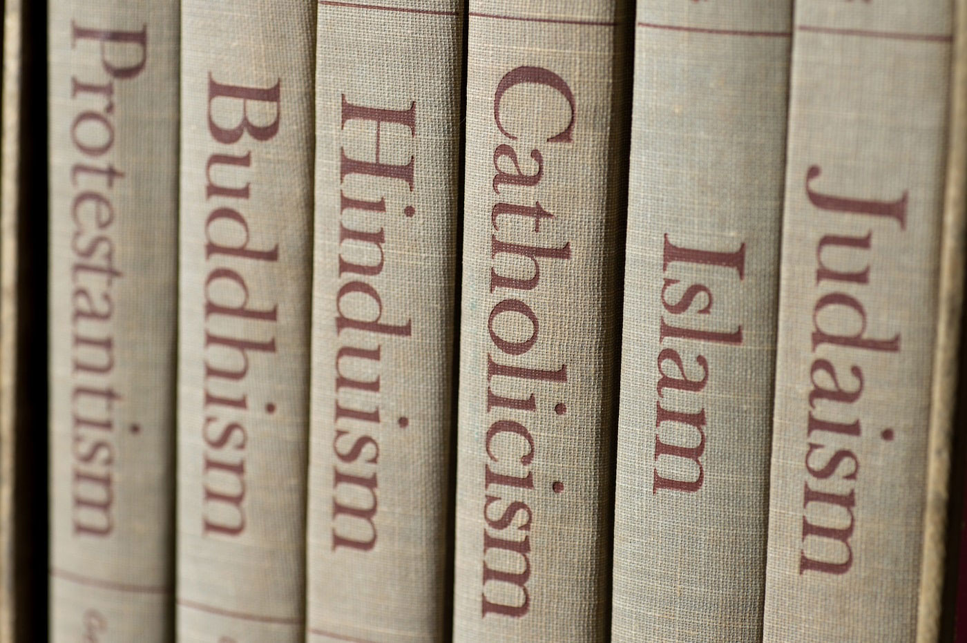 Buchrücken mit Weltreligionen