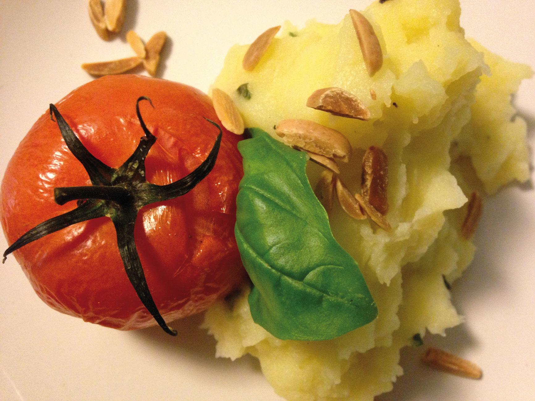 Ein veganes Gericht im Naschwerk in Frankfurt am Main bestehend aus einer Tomate und Püree.