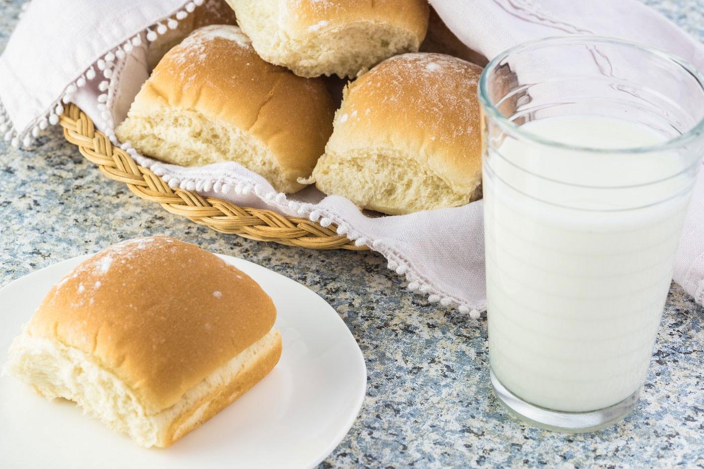Fasten mit Weizenbrötchen und Milch