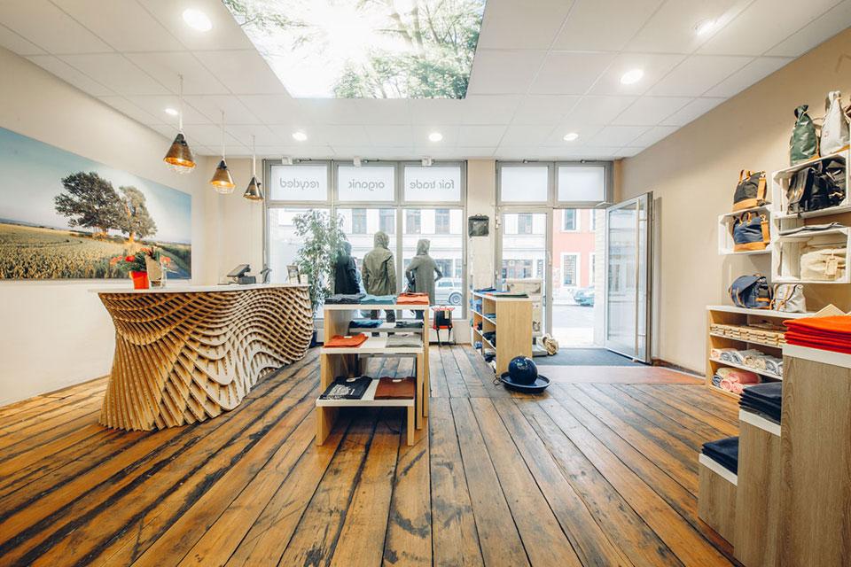 Fair produzierte Klamotten und nachhaltige Accessoires findet man in Dresden im umweltfreundlichen Geschäft Populi, das außerdem zu 100 Prozent mit Ökostrom betrieben wird und auch bei der Inneneinrichtung wurden nachwanchsende Rohstoffe, zertifizierte Materialien und restaurierte Möbel verwendet.