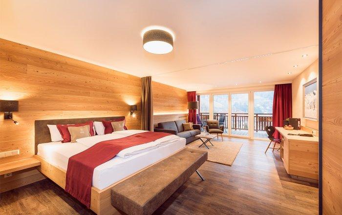 Zimmer im Naturhotel Outside in Mattei mit viel Holz