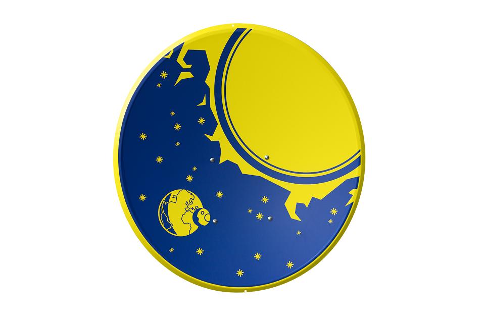 Die SAT-Schüssel im Design Sonne, Mond und Sterne zeigt den Weltraum mit dem Erdball. dem Mond sowie einer großen Sonne umgeben von Sternchen in den Astra-Farben Blau und Gelb.