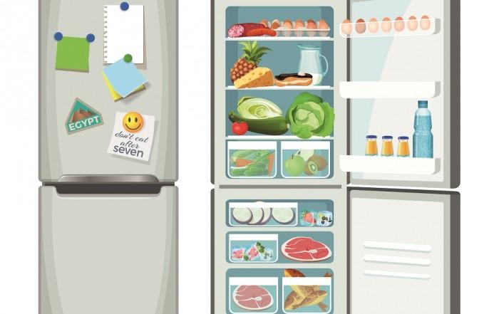 Ein offener und ein geschlossener Kühlschrank