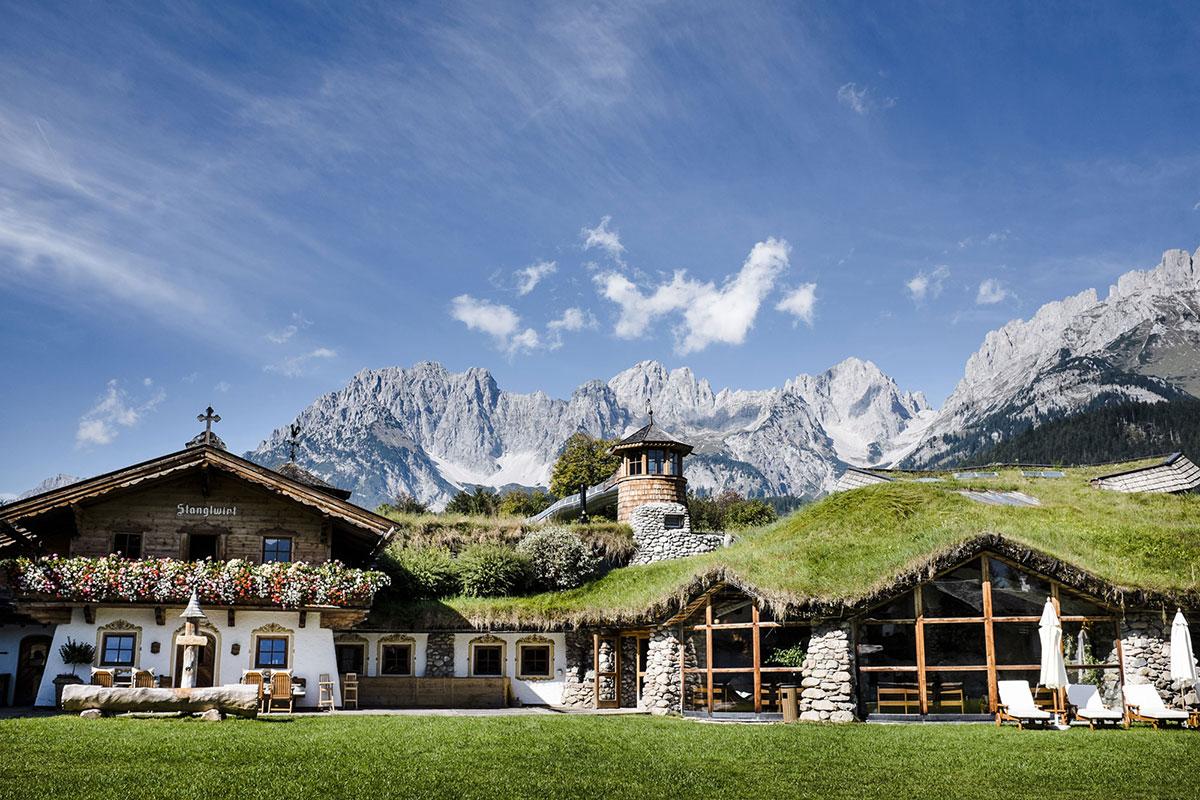 Das Bio-Hotel Stanglwirt in idyllischer Lage mit Tiroler Bergen im Hintergrund. © Alexander Heil
