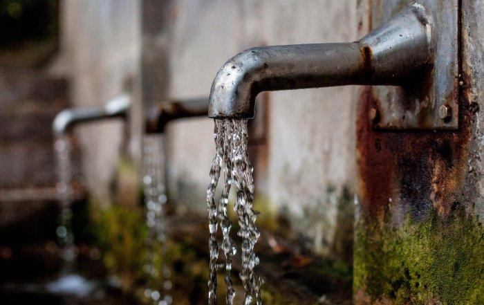 Trinkwasser aus einem Wasserhahn.