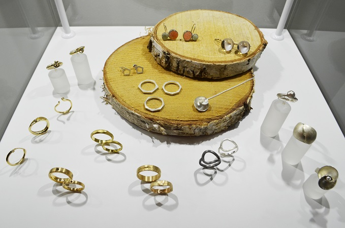 Ehe- und Verlobungsringe ausgewählter manufakturen werden in den Schaukästen mit Holzplatten mit Rinde präsentiert.