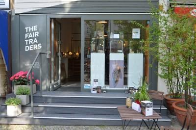 Der stilvolle in anthrazit gehaltene Eingangsbereich mit großem Schaufenster der Galerie The Fair Traders in Berlin lädt zu einem Shopping-Besuch ein.