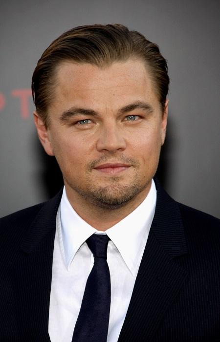 Schauspieler Leonardo DiCaprio auf einer offiziellen Veranstaltung im schwarzen Anzug mit schwarzer Krawatte.