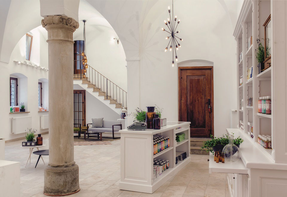 In einem historischen Fugger-Palais in Augsburg hat Apothe¬kerin Dr. Christina Kraus ein Organic Beauty-Paradies erschaffen.