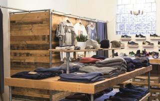Die Grüne Wiese in Münster schafft mit viel Holz und Metall eine coole Atmosphäre für die angebotene Fair Fashion.