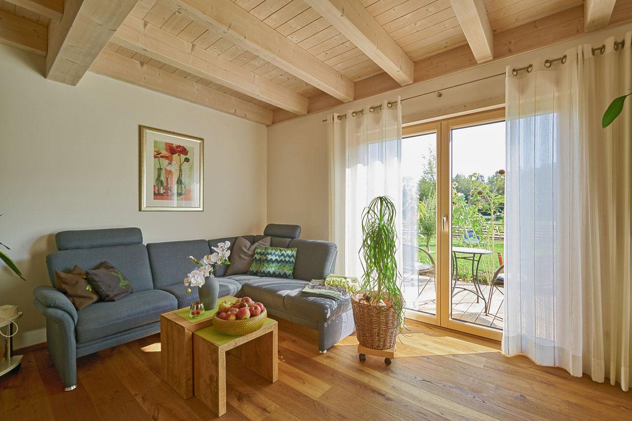 Wohnraum in Holzbauweise und gemütlicher Einrichtung.