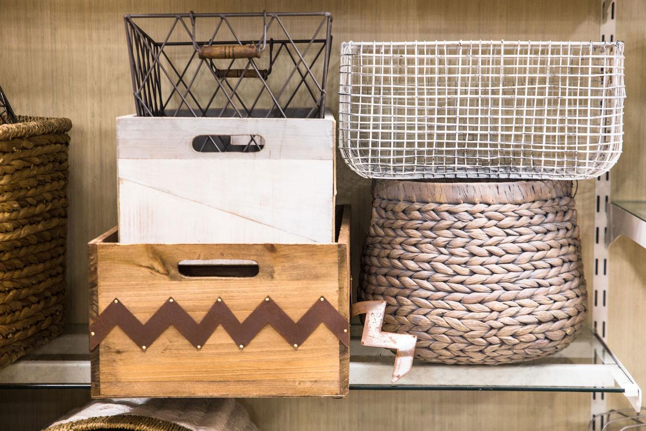 Leere Kisten und Körbe im Schrank