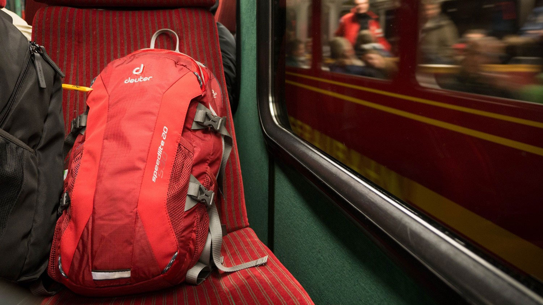 Deuter Nachhaltigkeit: Roter Rucksack im Zug
