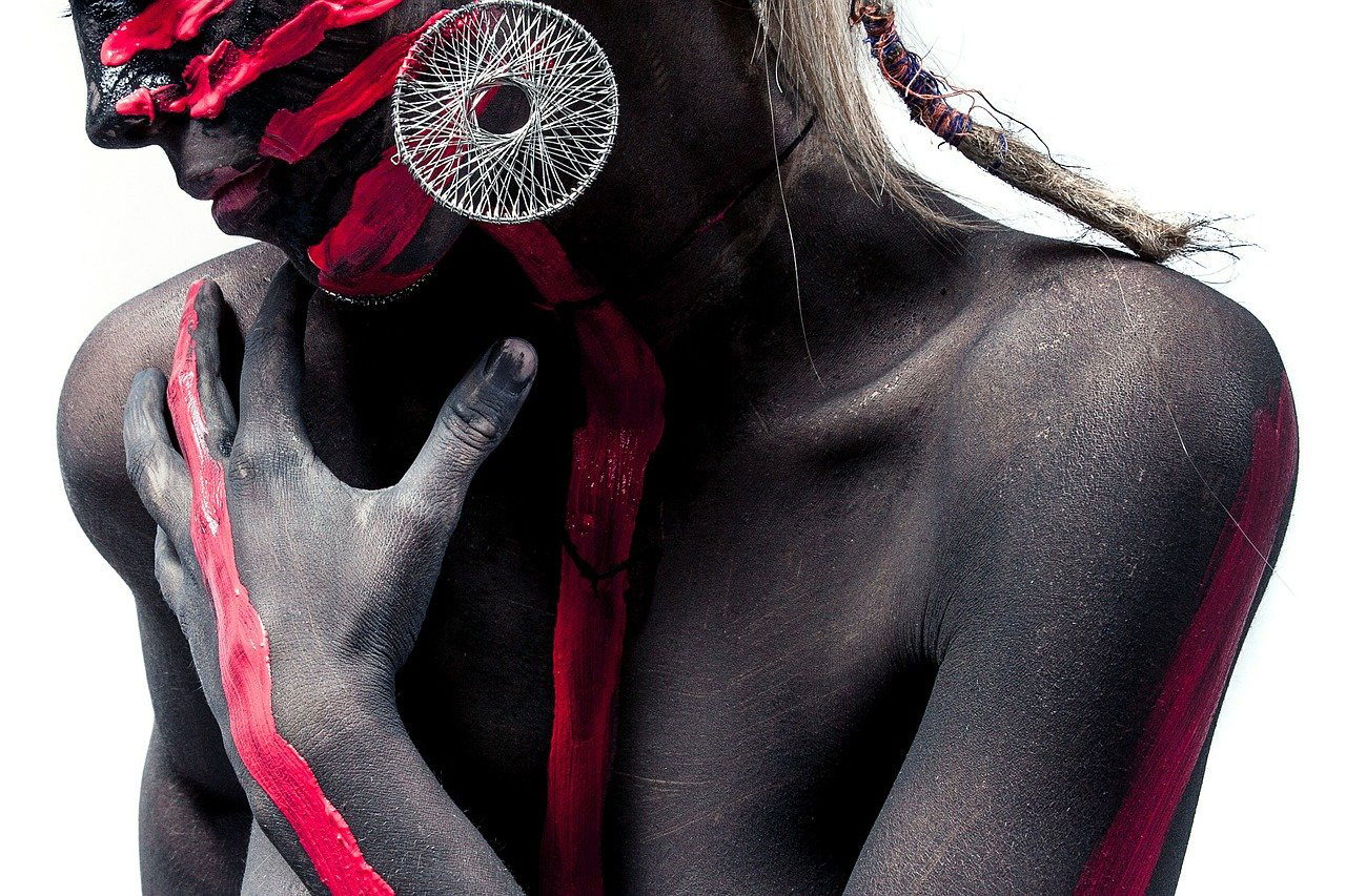 Frau mit roten Streifen bemalt, die eine Reaktion auf Duftsstoffe in Kosmetik symbolisieren