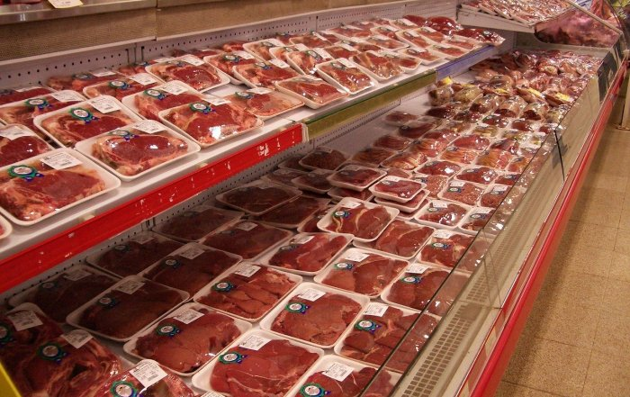 Eine gefüllte Fleischtheke im Supermarkt dank Massentierhaltung