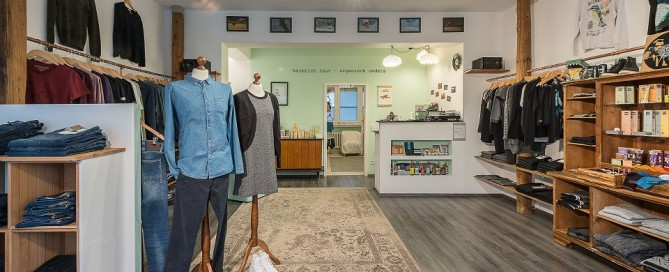 Ein Blick in die nachhaltige Boutique Heimlich Laut in München zeigt stylische Fasion für Damen und Herren, liebevoll restauriertes Mobiliar aus Großmutters Fundus und fair produzierte Accessoires.