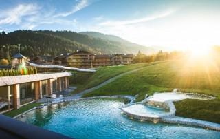 Sonnenuntergang in den Bergen hinter dem Pool des Bio-Hotels Stanglwirt. © Alexander Heil