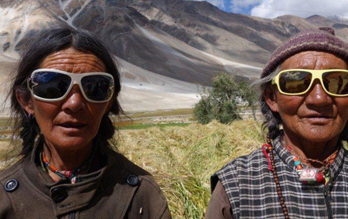 Sonnenbrillen, die wir nicht mehr tragen, bieten im Himalaya Schutz.