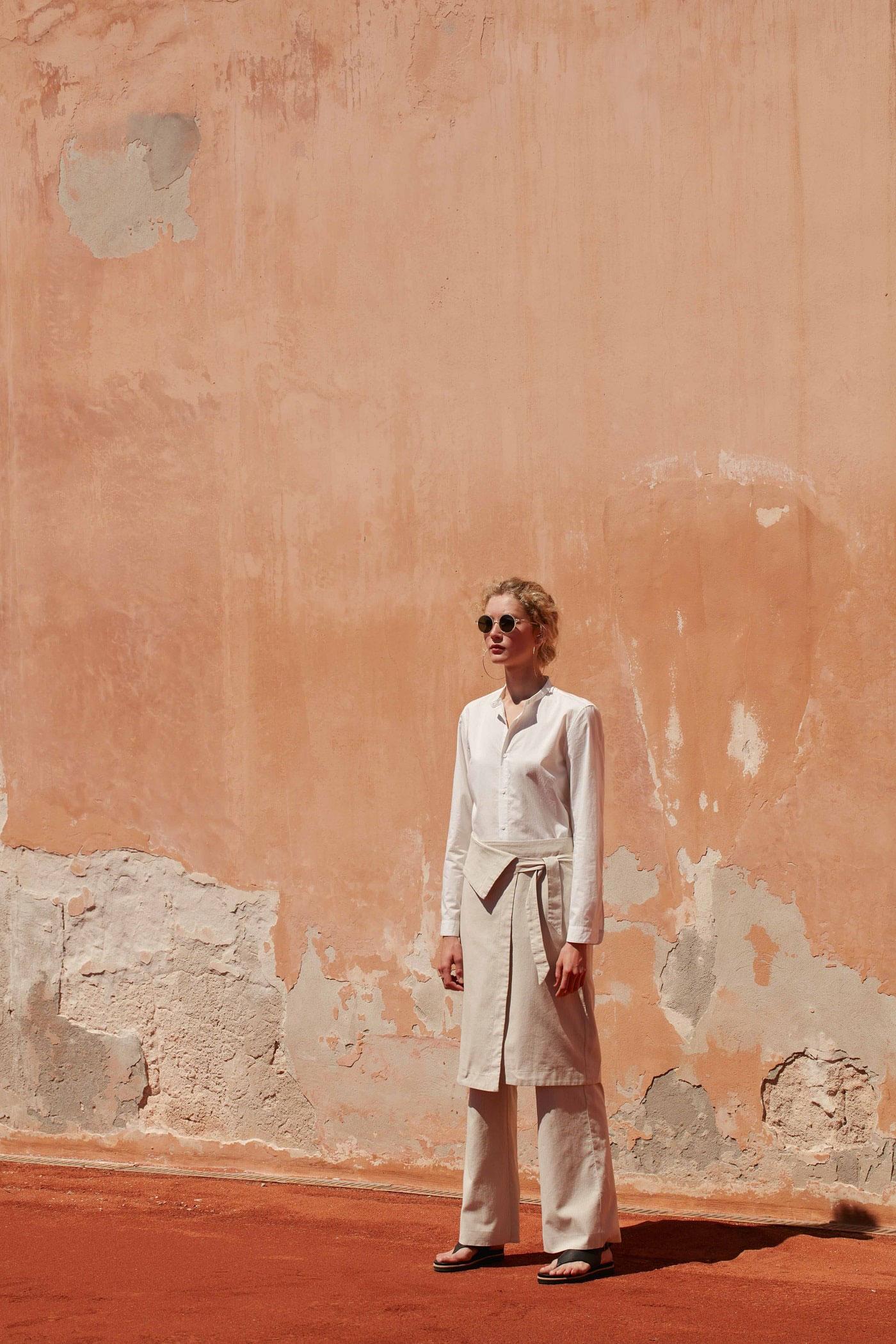 Sommer-Look: beige Kombination aus Rock und Hose zu einer weißen Bluse.