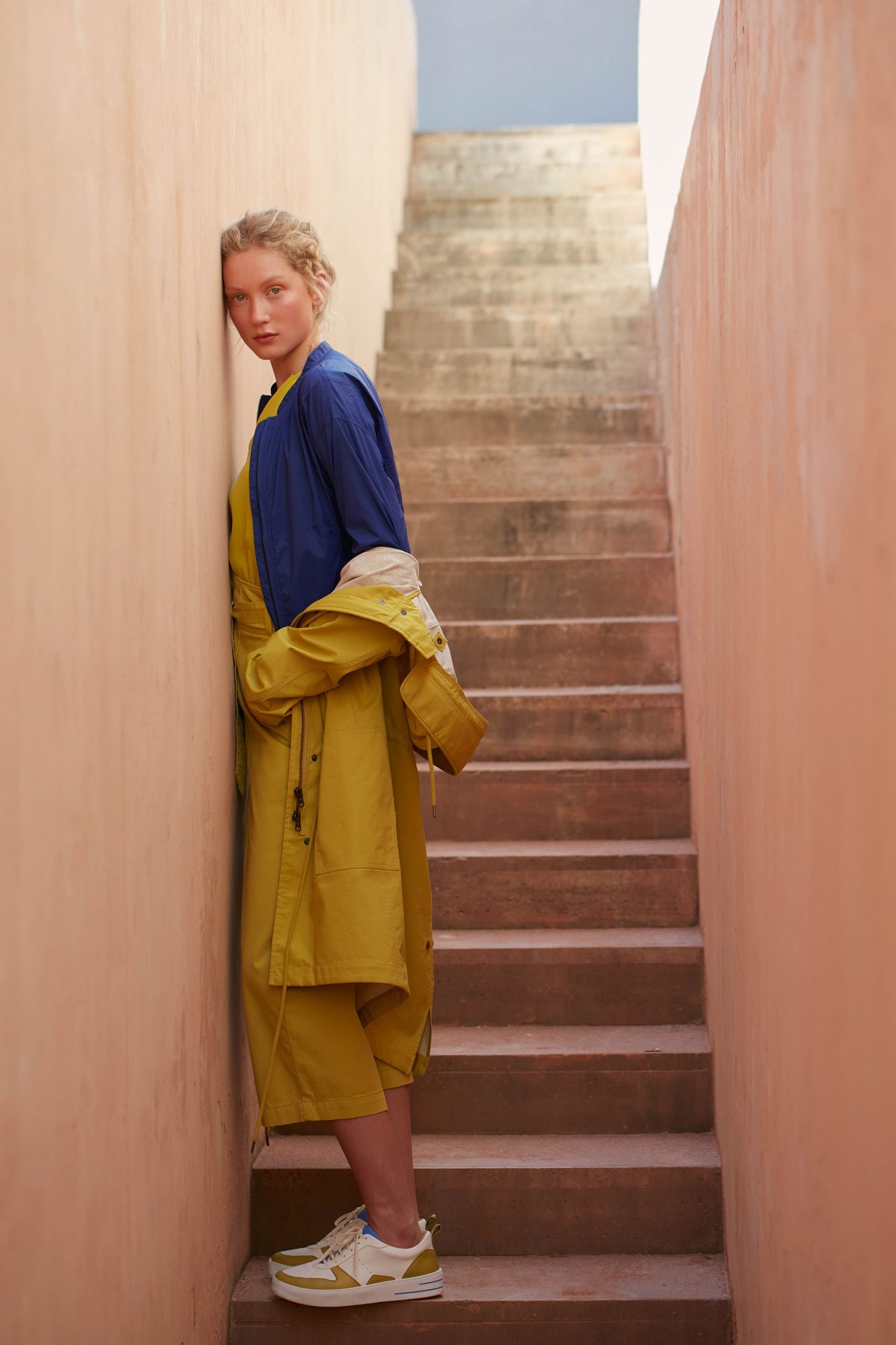 Gelber Jumpsuit zu gelber Regenjacke mit blauer Bluse von Lanius