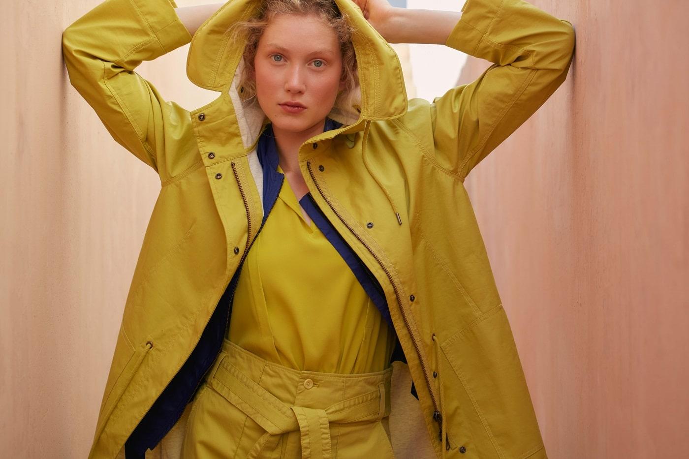 WEtte5rtauglich: gelbe Jacke zu gelbem Jumpsuit mit blauer Bluse
