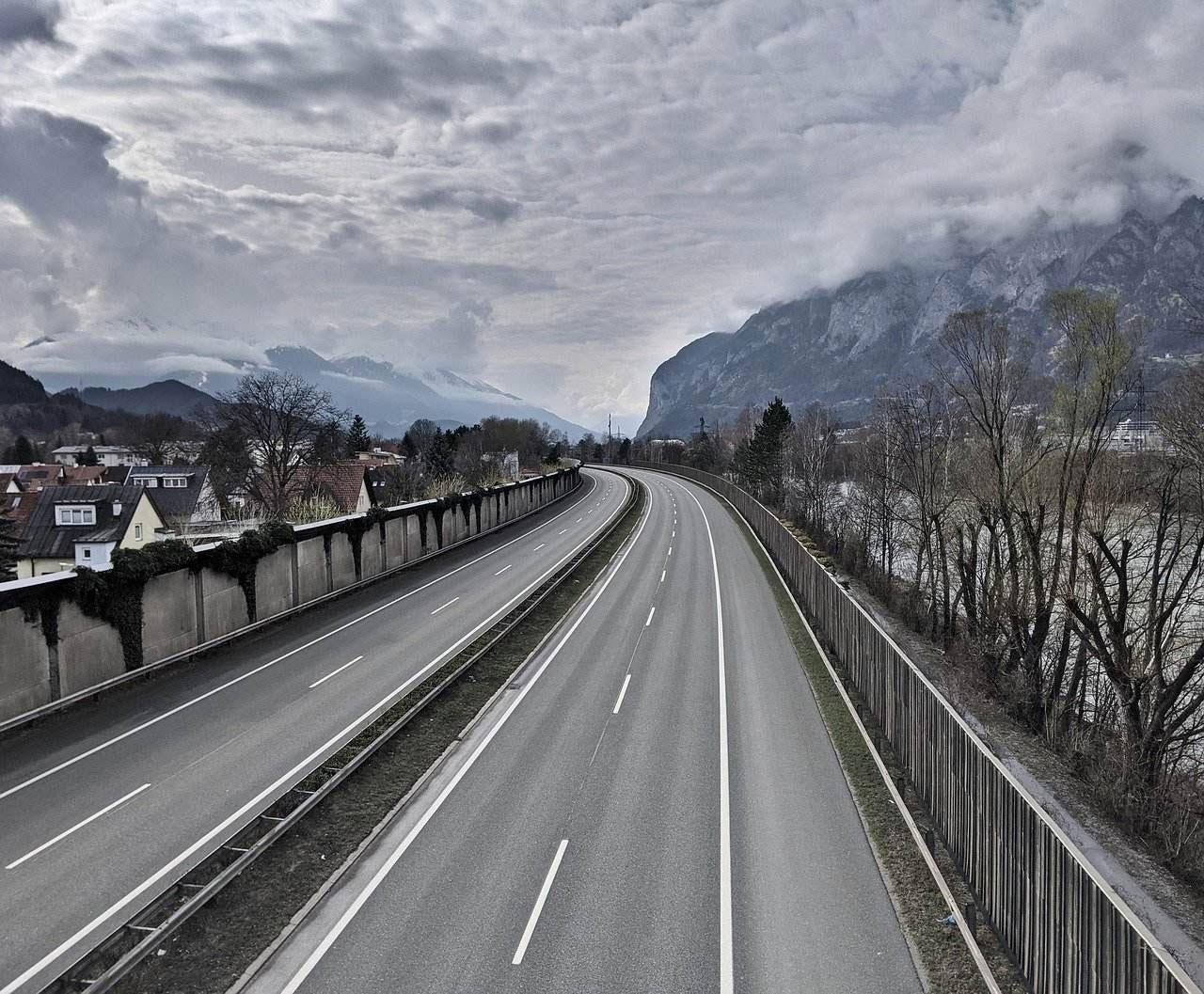 Leere Strasse in Tirol während Corona-Einschränkung