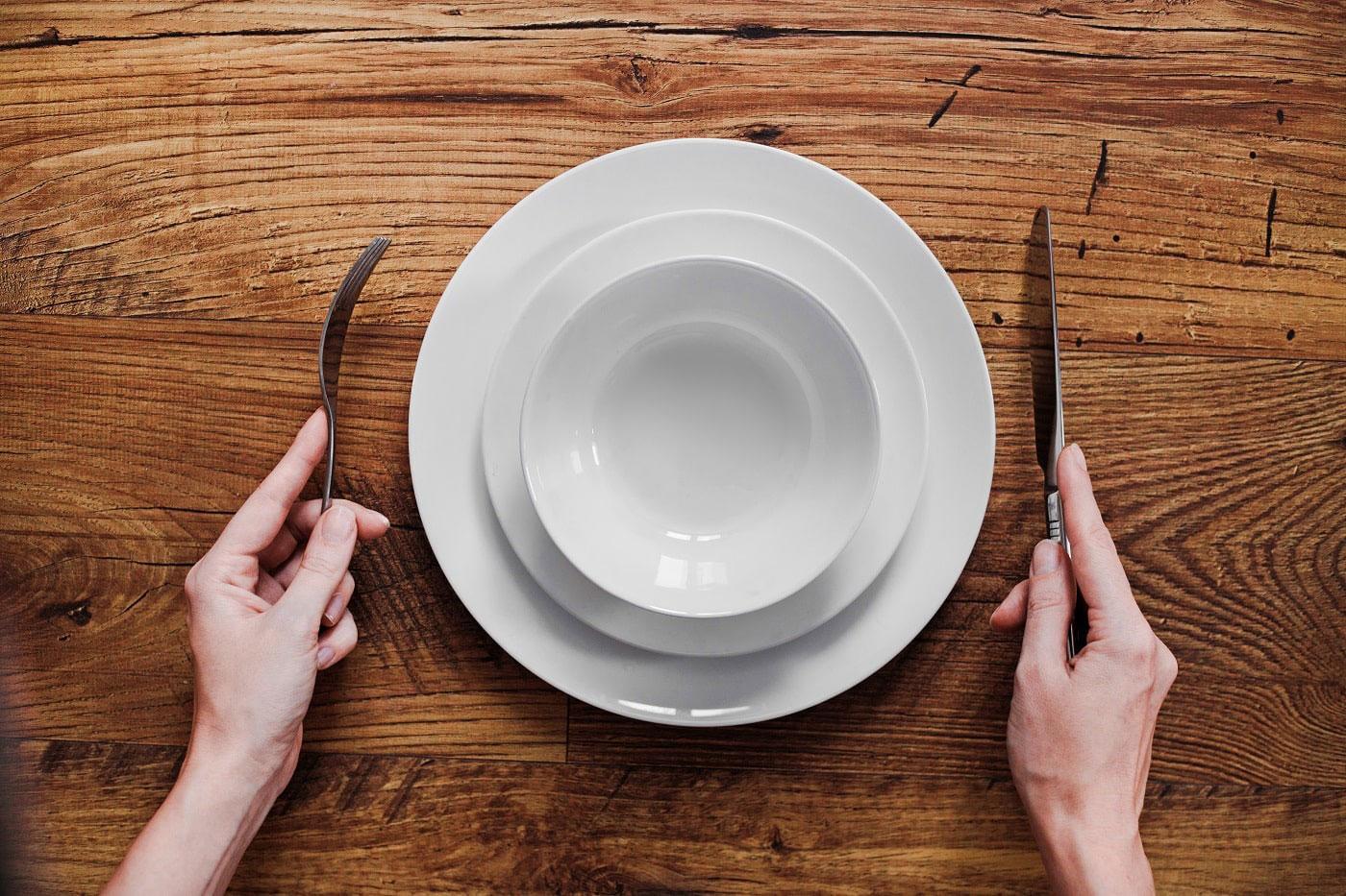 Leere Teller während der Fastenzeit