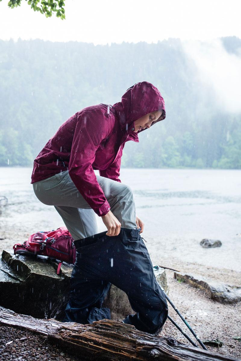 Der wasserdichten Regenhose Raindrop ist es egal, was der Wetterbericht sagt.