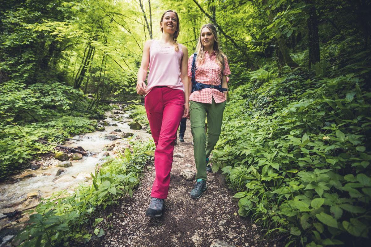 zwei Wanderinnen mit Hosen von Maier Sports im Wald