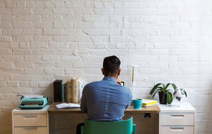 Ein Mann sitzt an seinem Arbeitsplatz im Homeoffice
