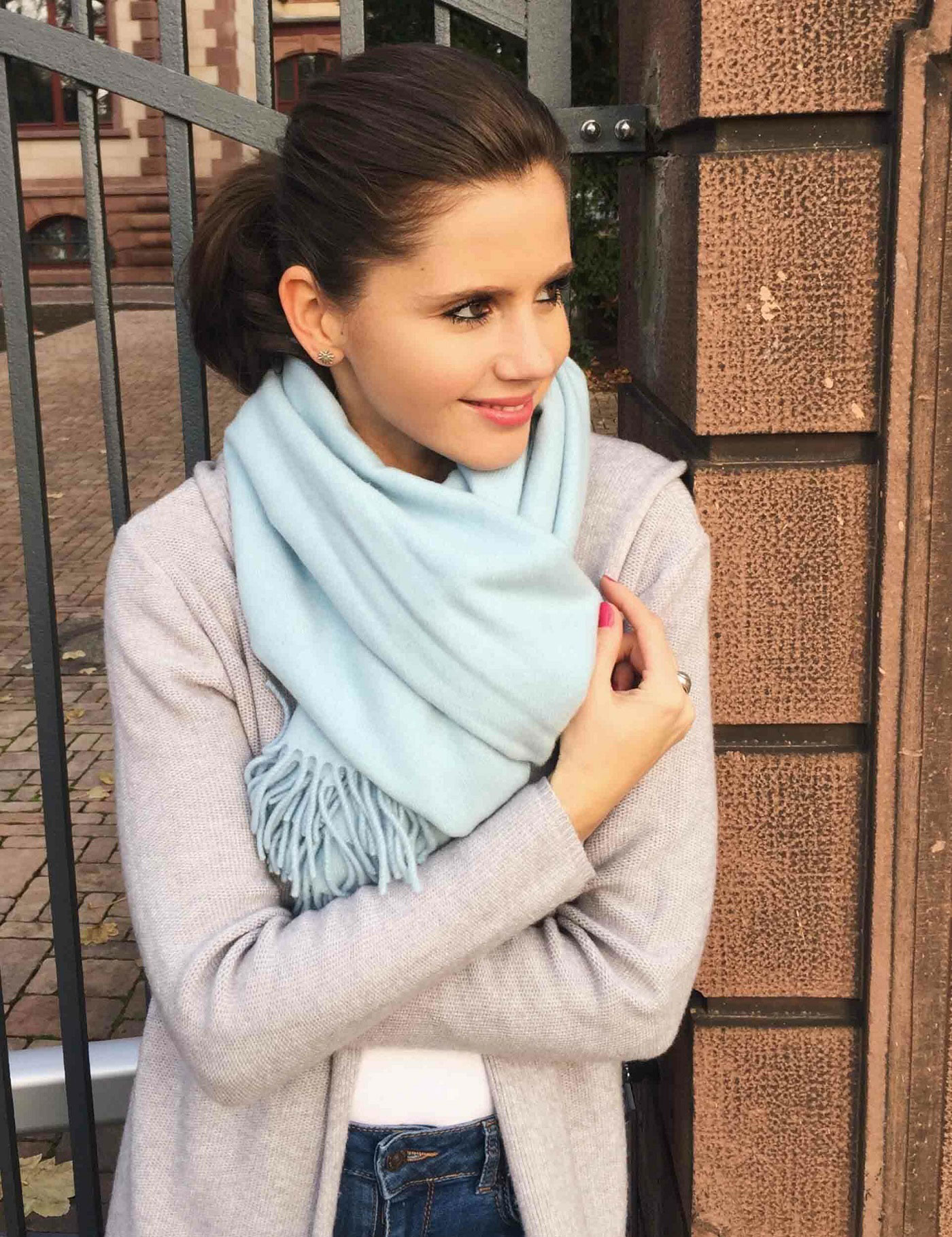 Umwelt und Mode: Junge Frau mit blauem Schal
