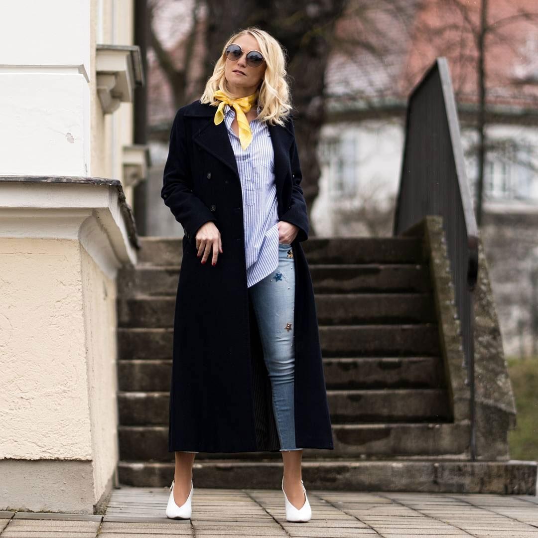 Mode und Umwelt: Blondes Model mit Mantel
