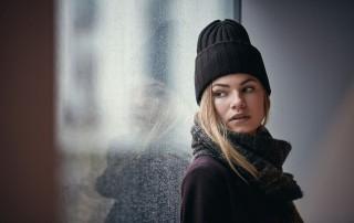 Frau mit einer von vielen dunklen Mützen von Sätila