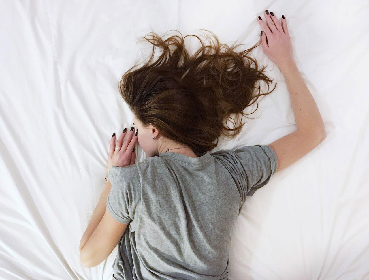 Frau schläft in nachhaltigem Bett