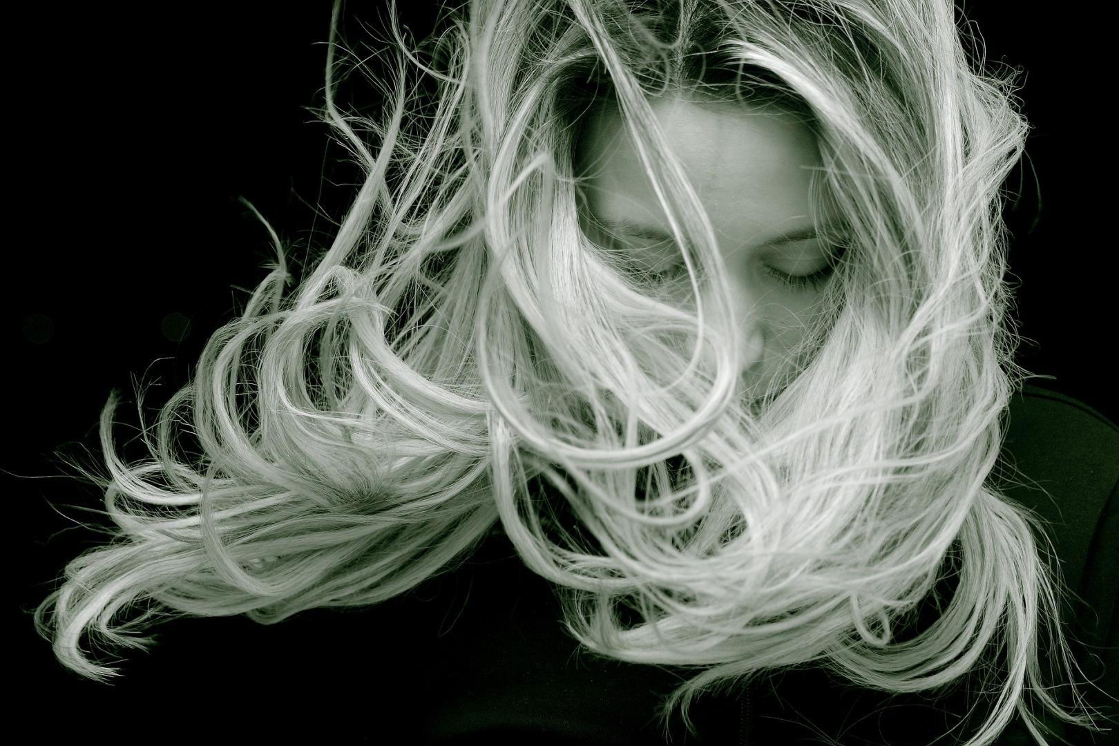 Frau mit gepflegtem, langem, blondem Haar nach der Umstellung auf Naturkosmetik
