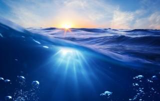 Ohne Wasser können wir nicht überleben. Trotzdem haben weltweit noch immer viele Menschen keinen Zugang zu sauberen Trinkwasser. Oft sieht Wasser sauber und klar aus, wenn sich die Sonne am Horizont darin spiegelt.