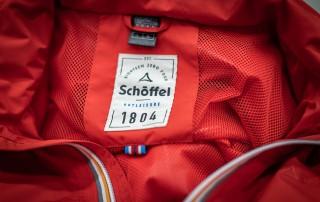 Rote Jacke mit Schöffel-Logo auf Innenseite