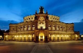 Die Dresdner Semperoper während der Abenddämmerung am Theaterplatz in der Altstadt ist das Wahrzeichen der sächsischen Landeshauptstadt und bekannt aus der Radeberger Bier-Werbung.