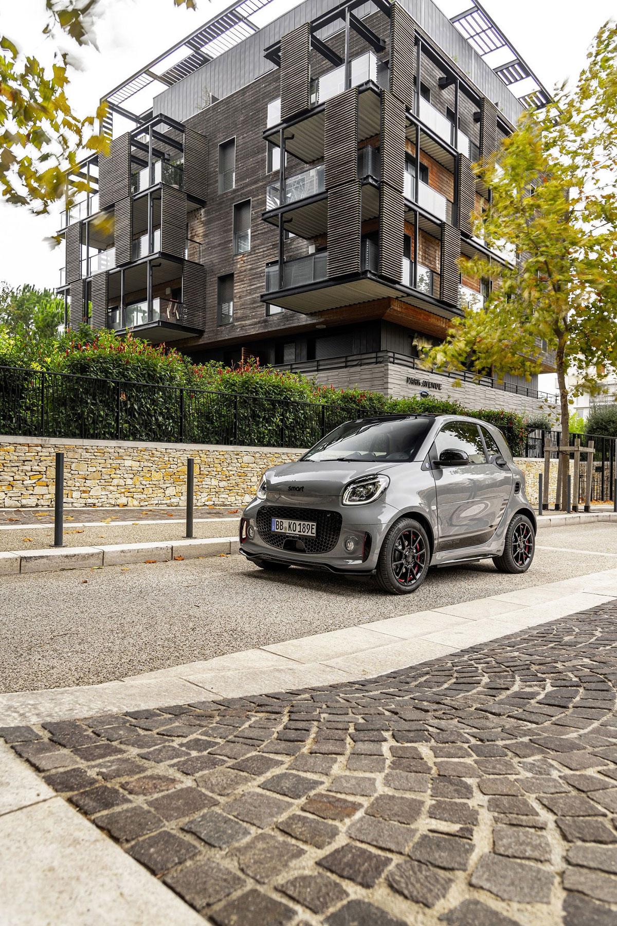 Grauer Smart EQ parkt auf der Straße