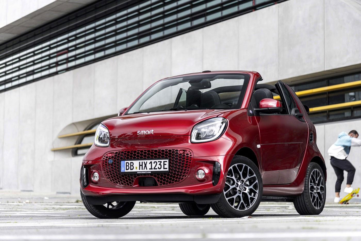 Roter Smart EQ Cabrio auf Parkplatz