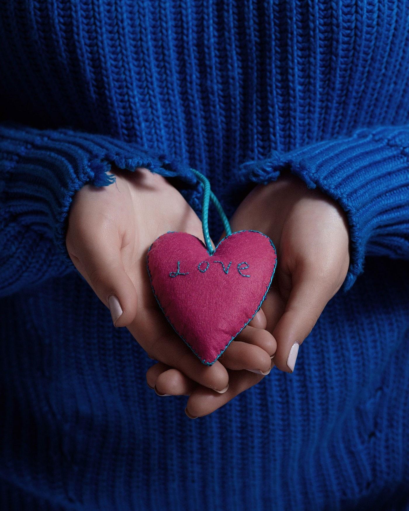 Upcycling: Ein Herz, aus alten Stoffresten genäht, mit gesticktem Love-Schriftzug