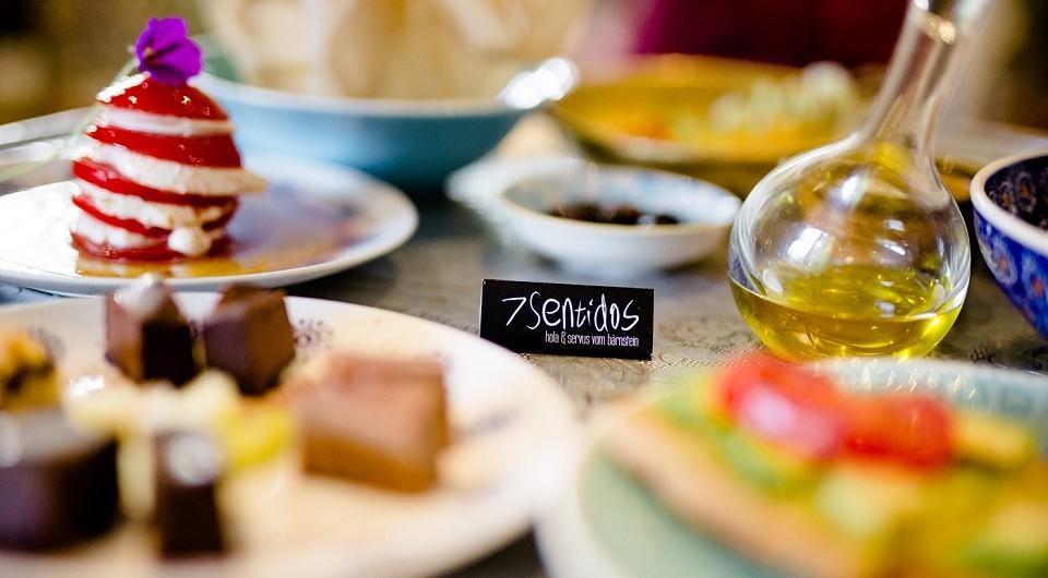 Vegan-vegetarische Gerichte sind kunstvoll auf Tellern angerichtet und erinnern an die kleinen Kunstwerke in der Sterneküche.