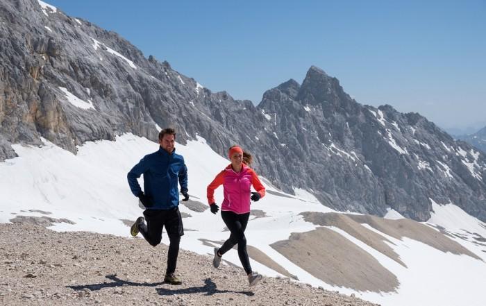 Mann und Frau joggen zum Winter Workout