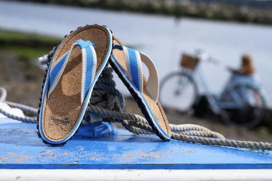 Gumbies Zehensandalen mit Fußbett aus nachhaltigem Kork in blau-weiß