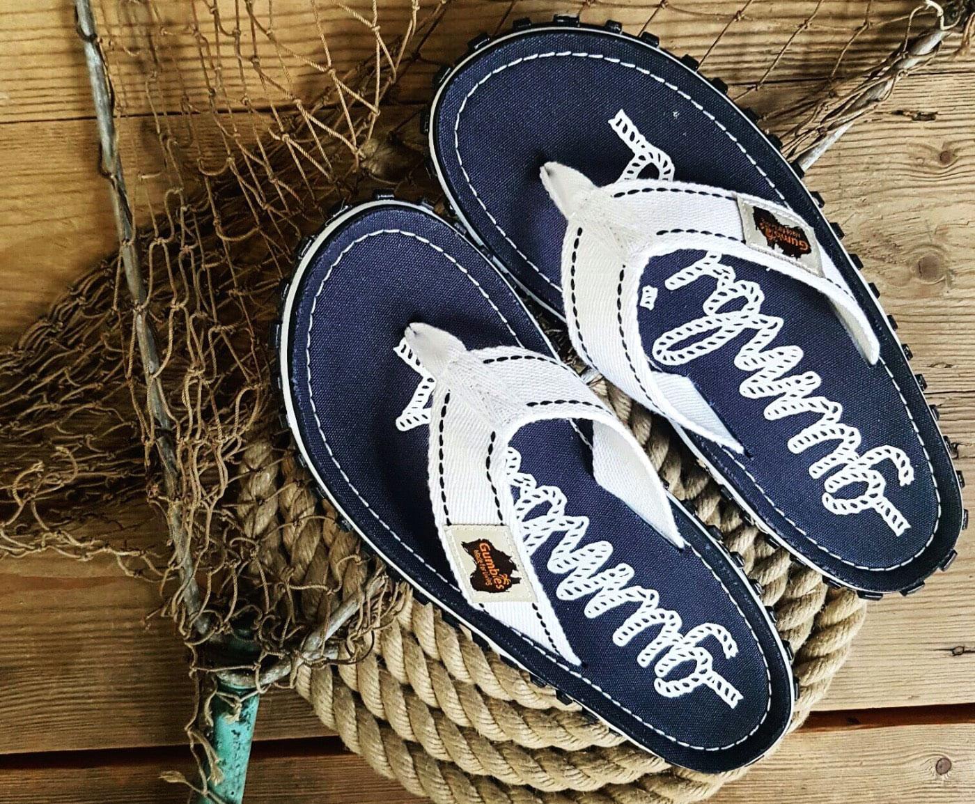 Zehensandale von Gumbies mit dunkelblauem Fußbett und weißem Band in maritimem Look